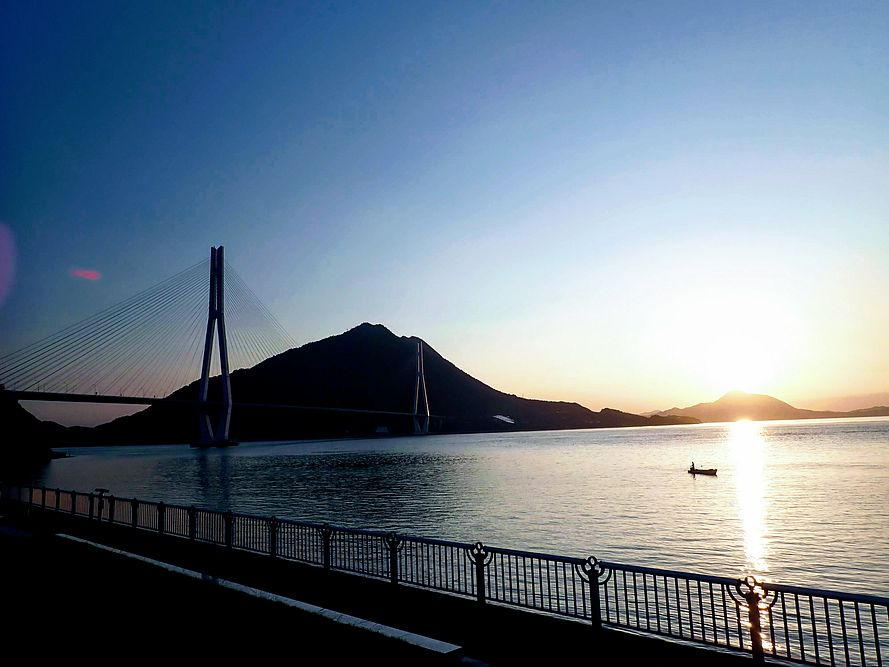 早朝の大三島。多々羅大橋。